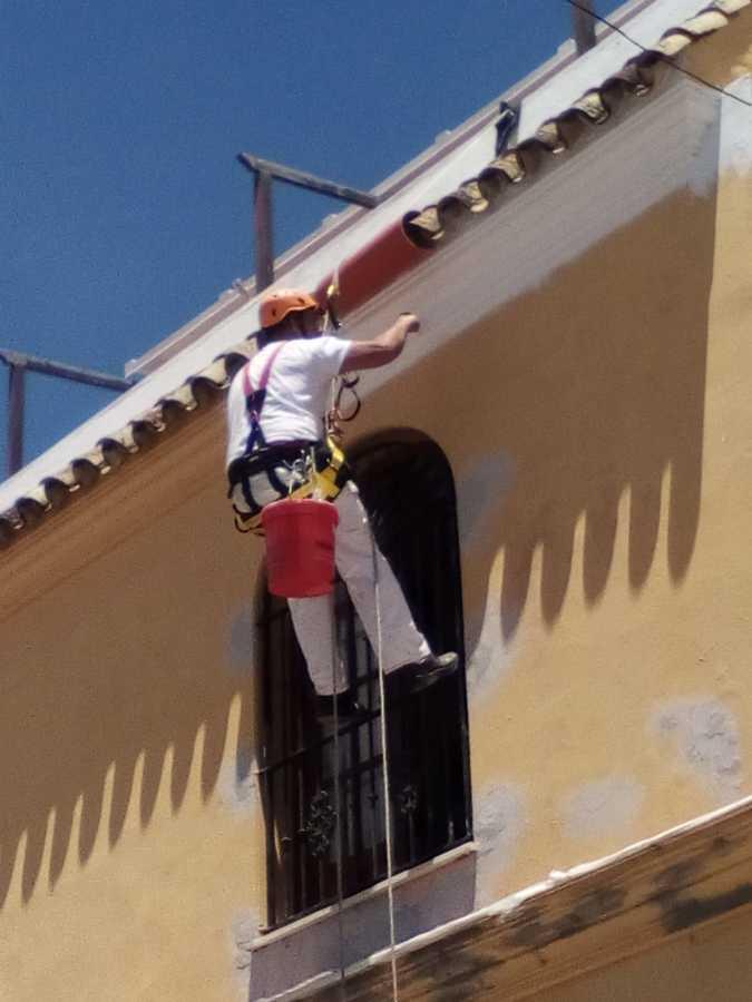Trabajos verticales pintando fachada edificio mallorca